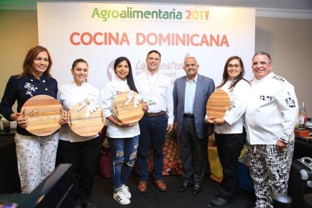 Osmar C. Benitez, y Henry Molina, en compañía de algunos de los chef que participaron en el Festival Gastronómico de Agroalimentaria 2017